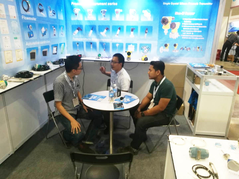 国际行业人士驻足了解产品、洽谈合作